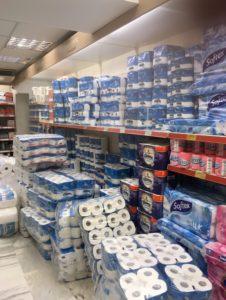 スーパーで山積みトイレットペーパー