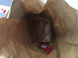 紙袋に入った軽食